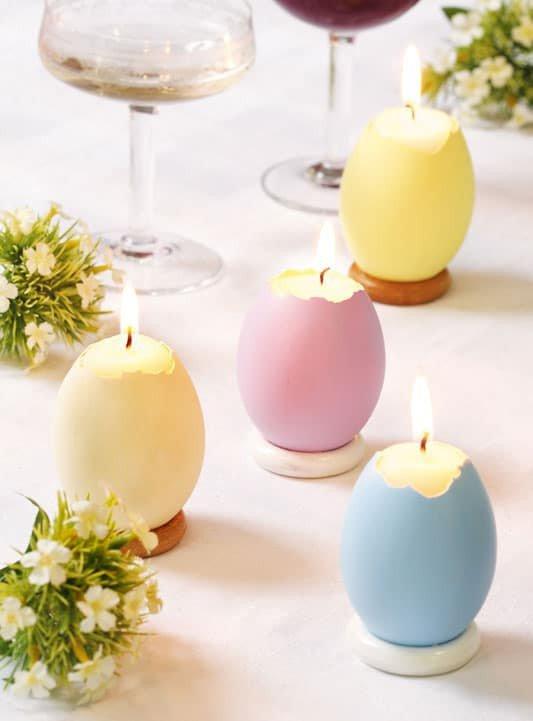 pequenas velas em cascas de ovos