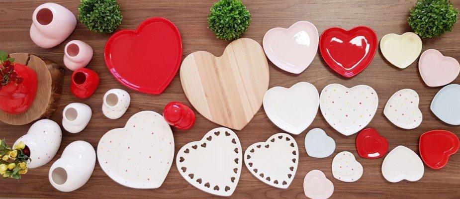 Monte mesas lindas com Louças e produtos de mesa posta em formato de coração