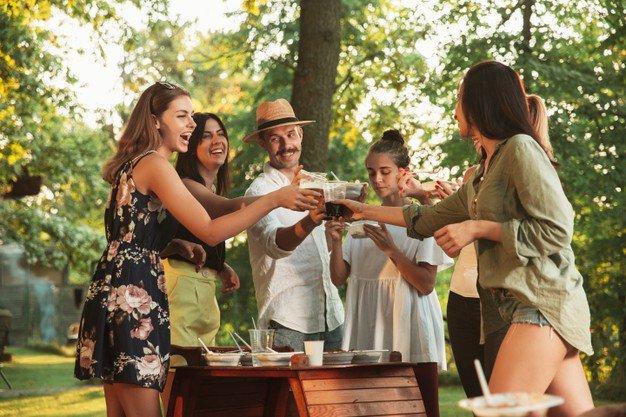 amigos felizes comendo e bebendo cerveja em um jantar de churrasco na hora do por do sol 155003 22199