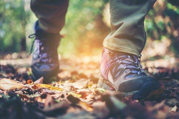 feche os pes da mulher da aventura andando no caminho da montanha 1150 1947