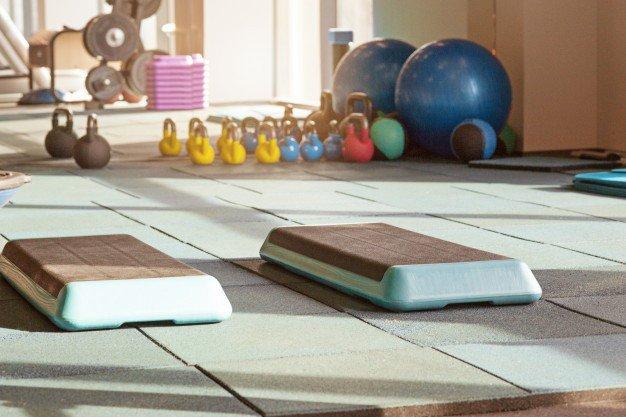 interior da academia de reabilitacao com equiment bolas tapetes degraus 155003 13734