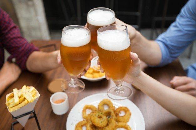 vista cortada de amigos clinking glasses of beer 1262 3519